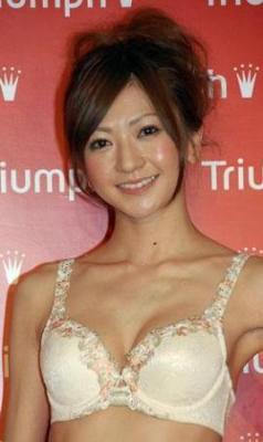 トリンプガール石田裕子、下着姿でデビュー曲を熱唱「目標は紅白」