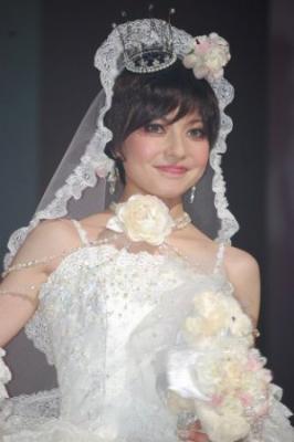 ベッキーが純白の花嫁衣裳を披露「憧れの人はいるけど…」