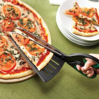 ピザを切ってサーブするハサミ