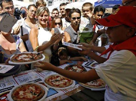 なぜ?ナポリでピザを無料配布