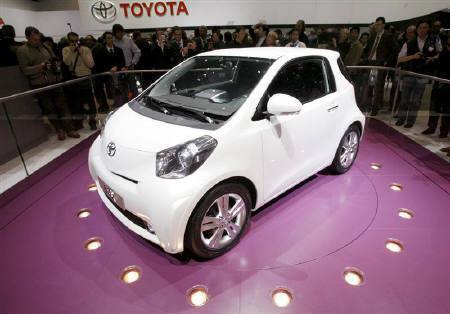 トヨタ 超小型車「iQ」11月発売 すき間も楽々駐車