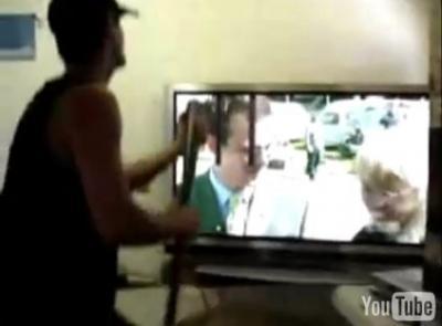 バットで叩いてプラズマテレビを修理する人