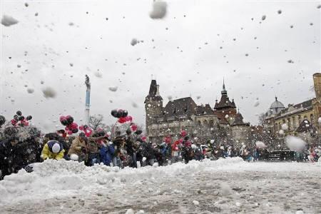ギネスに挑戦、3500人の雪合戦